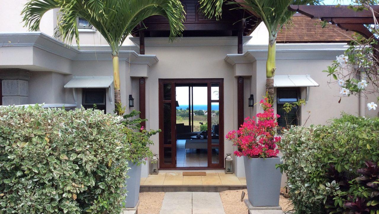 Ravissante villa de 4 chambres à coucher piscine à débordement un jardin arboré