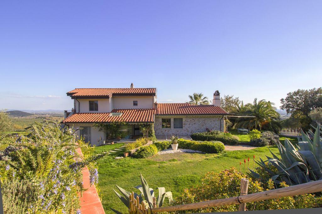 en oliveraie|||||||||La propriété comprend environ six hectares de terres divisées en garrigue