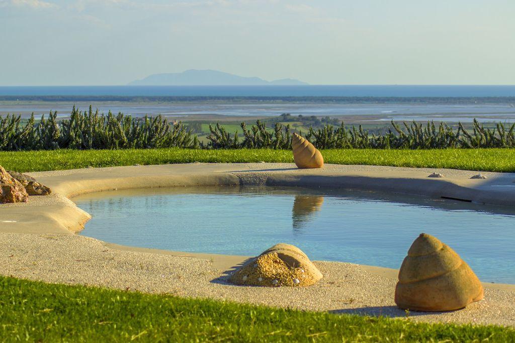 La propriété comprend environ six hectares de terres divisées en garrigue, en oliveraie