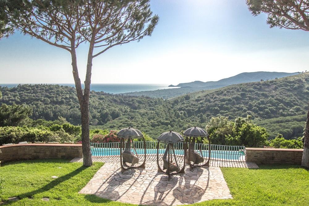 La Villa est située dans un jardin luxuriant de 5000m2 