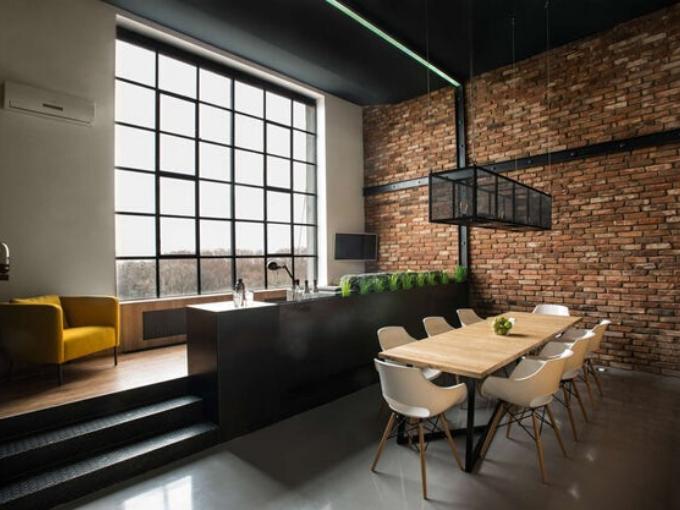Un loft est un logement aménagé dans un ancien atelier, entrepôt, voire une usine. Ce choix permet de constituer des espaces entièrement ouverts et d'obtenir ainsi des volumes dégagés et éclairés, le plus souvent, par des fenêtres ou verrières percées dans les murs ou dans le toit. Wikipédia