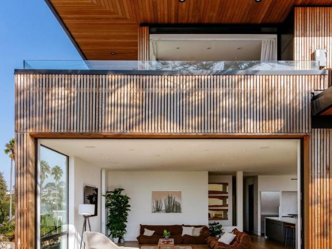 De longs toits s'étendent de cette résidence en cèdre de Californie que l'architecte