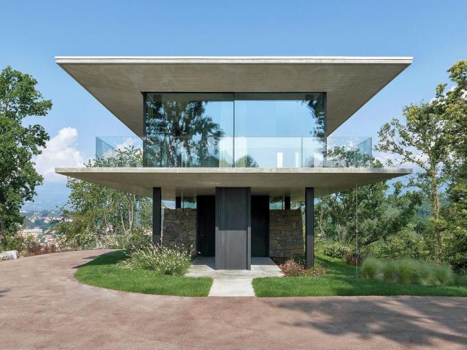 Inspiré de la Glass House de Philip Johnson, le bâtiment est né des ruines d'une maison rustique