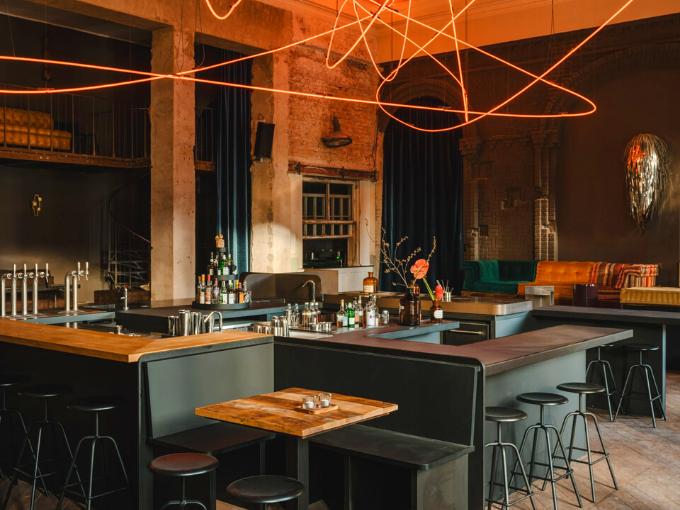 Le restaurant Kink à Berlin est dominé par une installation d'éclairage au néon rouge