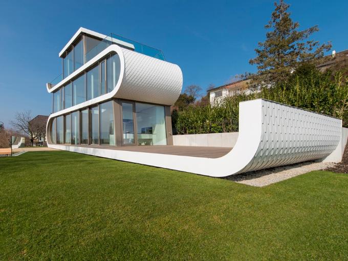 Maison sur les rives du lac de Zurich est si légère et mobile en apparence qu'elle ressemble à un navire futuriste