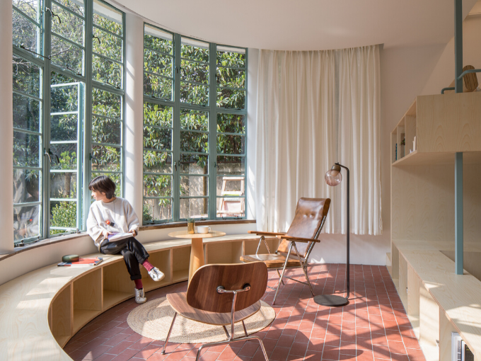 Tao + c revitalise un gazebo en forme de U avec des meubles architecturaux en bois