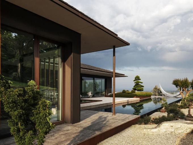 """La """"Villa IE"""" est construite dans une position stratégique en raison de la vue et de l'exposition. En effet, le site bénéficie d'une vue panoramique sur les Alpes et la plaine en contrebas."""