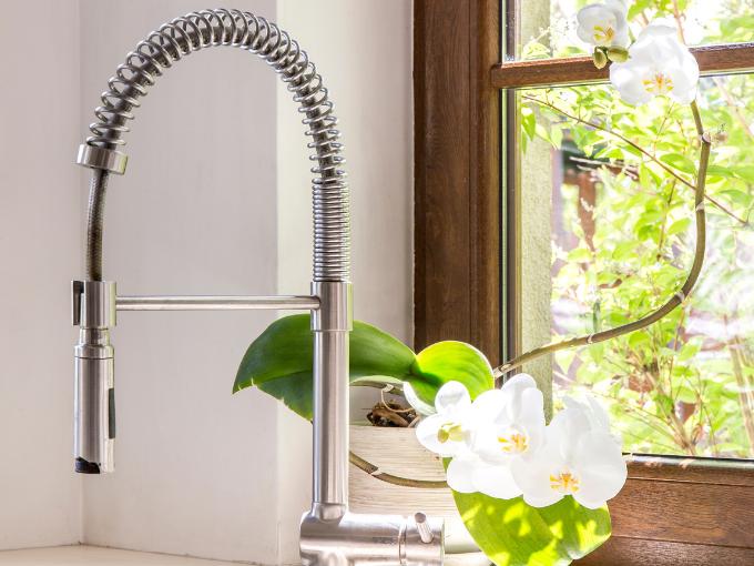 économiser l'énergie grâce à l'eau chaude dans la salle de bains et la cuisine